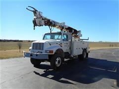 2001 International 4800 4X4 Digger/Line Truck