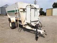 Henke Kwikmixer 2300 Pull-Type Feed Wagon