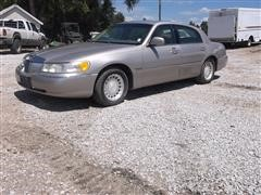 2000 Lincoln Town Car Executive Series 4 Door Sedan