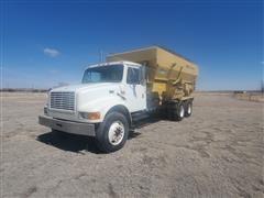 2001 International 4900 T/A Feed Truck W/Mohrlang 8031 Box